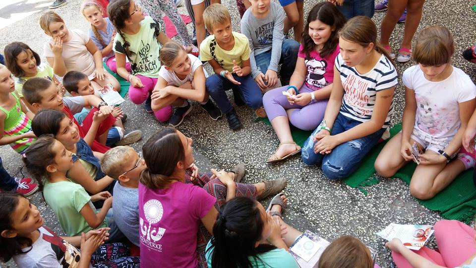 Élménygazdag órákat töltöttünk a Vaszaryban-Volt óriás buborékok, furulya-, trombita- és énekszó, dobolás, és karikák .