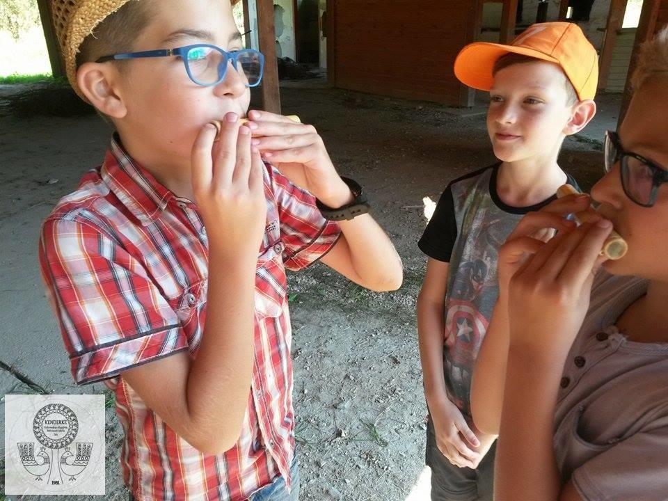 Fazekas sulis diákok kipróbálják a pásztorfurulyát