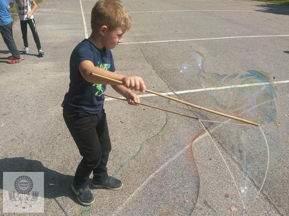 Buborékfújás a Jázmin Iskolában a Kenderke szervezésében